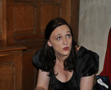 Anne réfléchit avant de rentrer sur scène, la concentration d'un artiste est la condition de sa réussite.