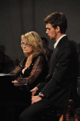 Danièle au piano, elle assure la partie essentielle de cette oeuvre interprétée avec un seul piano et harmonium, Thomas lui tourne les pages.